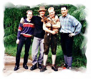 Gruppenfoto 1999: Jörg - Oli - Thorsten (+ Biene) - Stefan